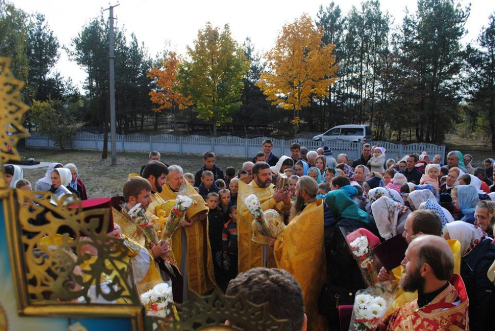 Прихожани біля храму