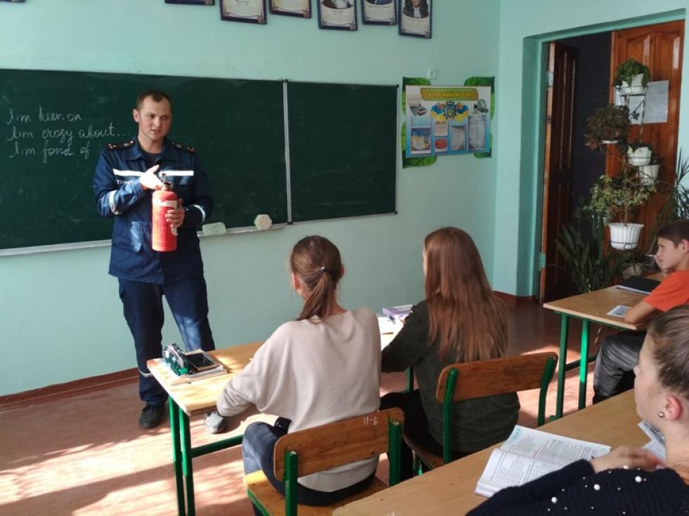 Рятувальник розповідає старшокласникам про безпеку