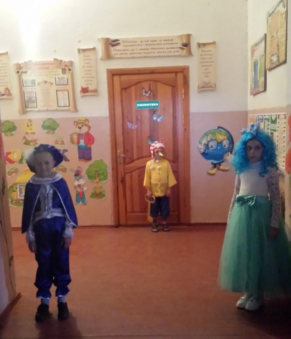 Казкові герої зустрічають гостей