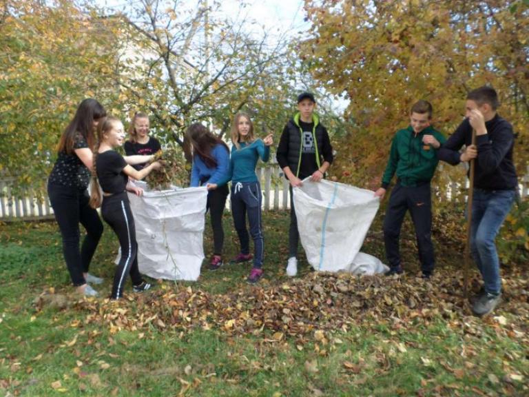 Дев'ятикласники ЗОШ №2 смт Ратне прибрали територію навколо навчального закладу