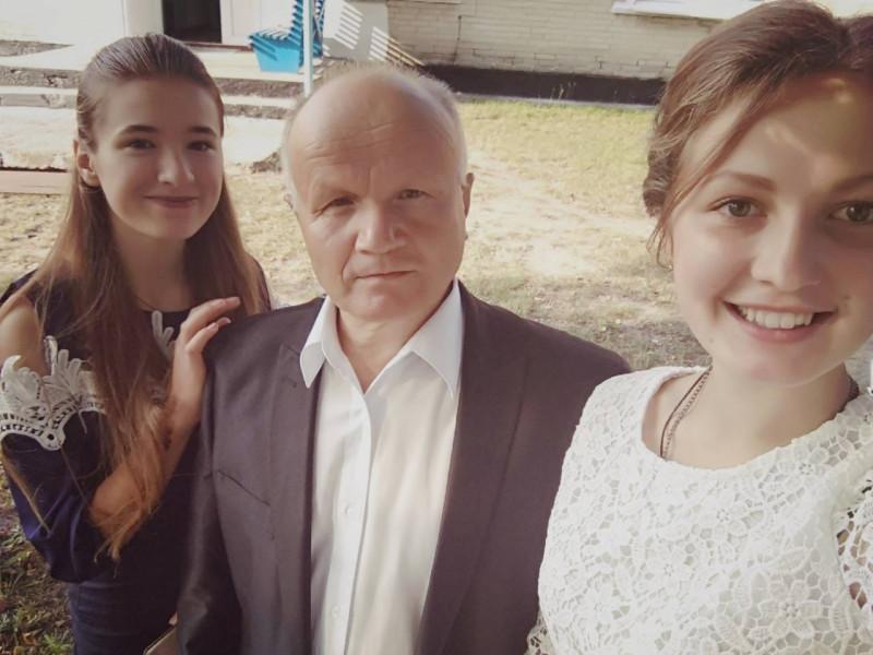 На фото Микола Бенедисюк зі своїми ученицями