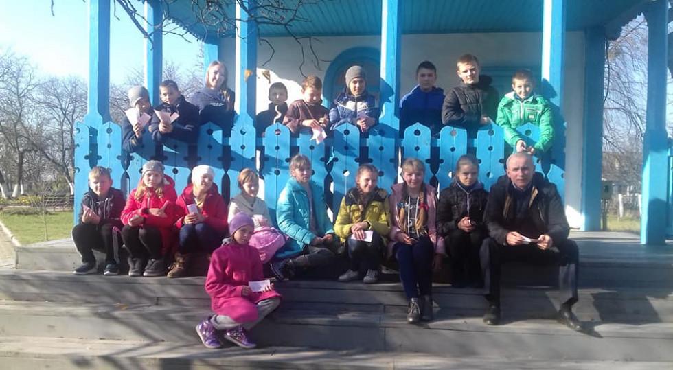 Школярі зі своїм вчителем біля будинку Косачів