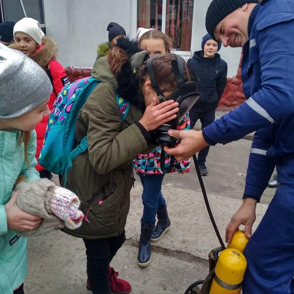Школярі мали нагоду приміряти на собі обладнання рятівників