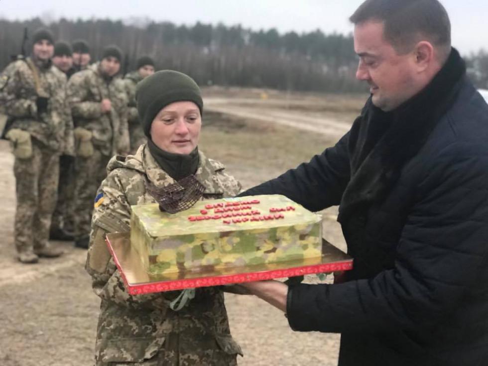 Голова РДА вручає ратнівській захисниці святковий торт