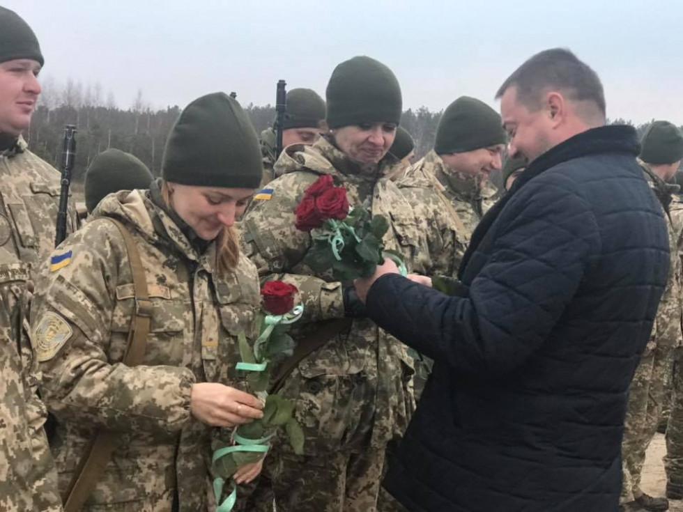 Очільник РДА вручає дівчатам квіти
