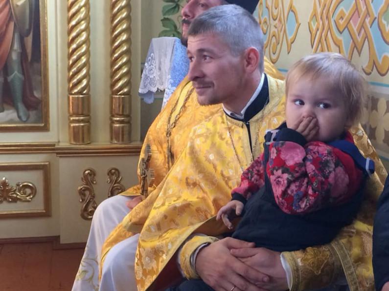 Отець Дмитро зі своєю донечкою
