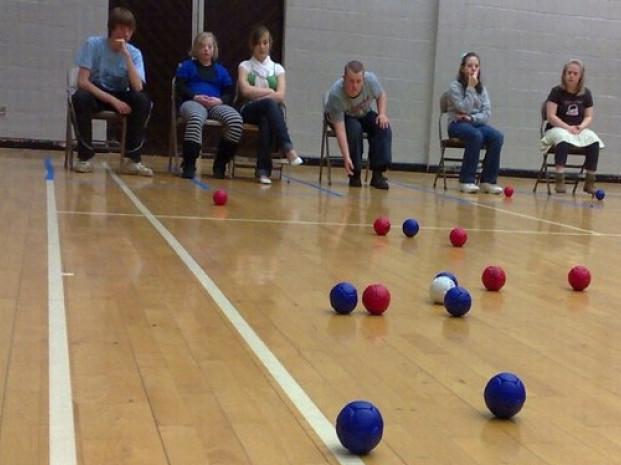 У Ратномупроведутьтовариські змагання з боча, серед людейз інвалідністю