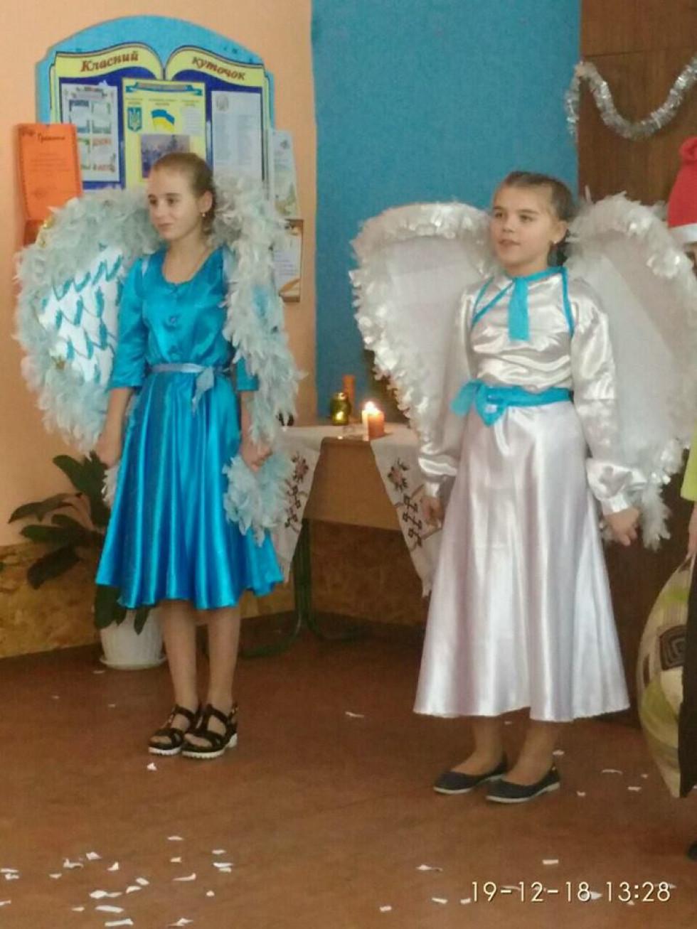 Школярі у костюмах ангелів