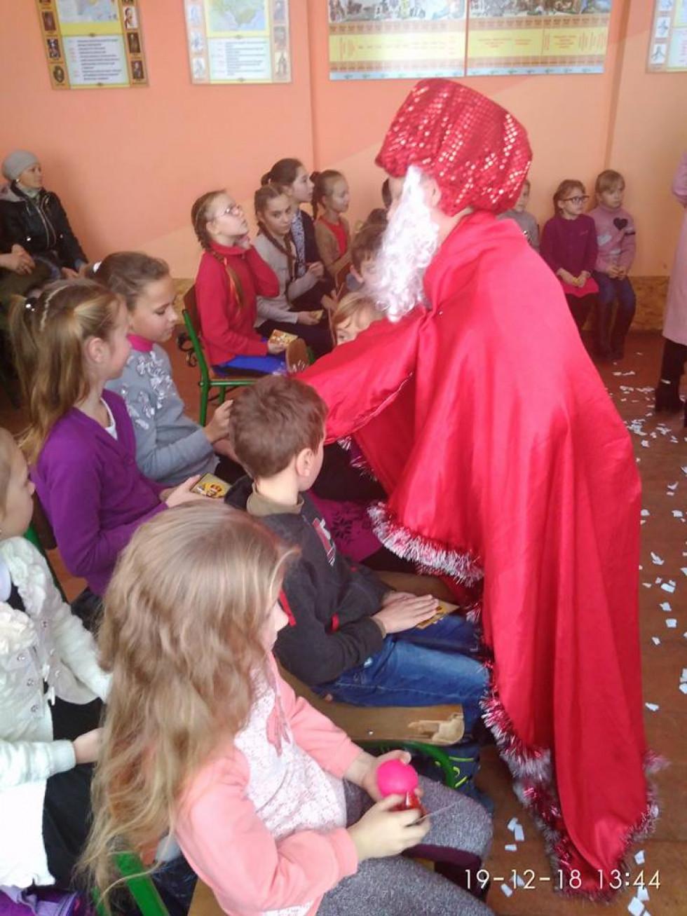 Святий Миколай вручає гостям подарунки