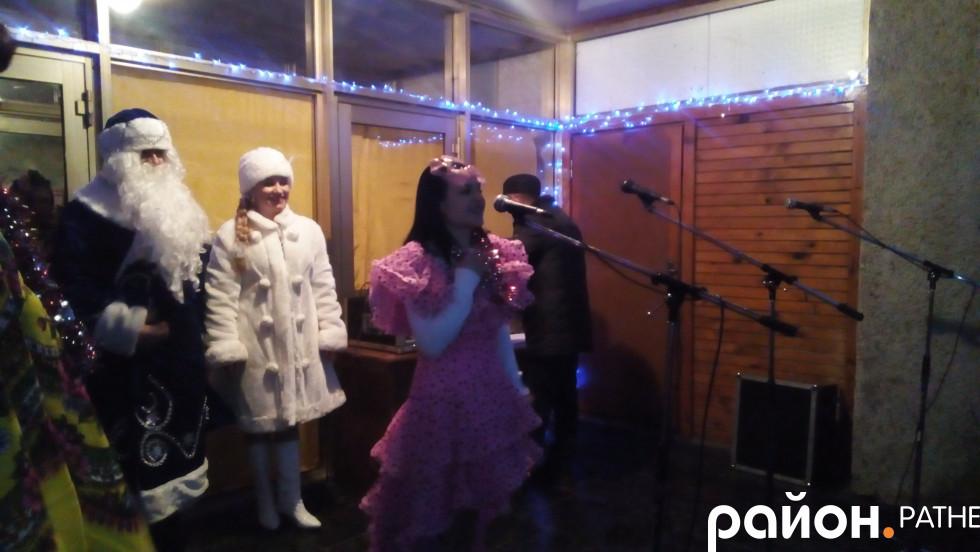 Головний символ прийдешнього року закликає дітей до танцю