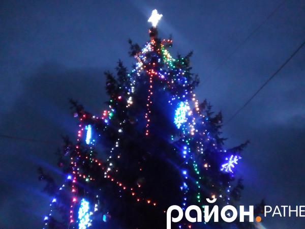 На головній ялинці району засвітилися новорічні вогні