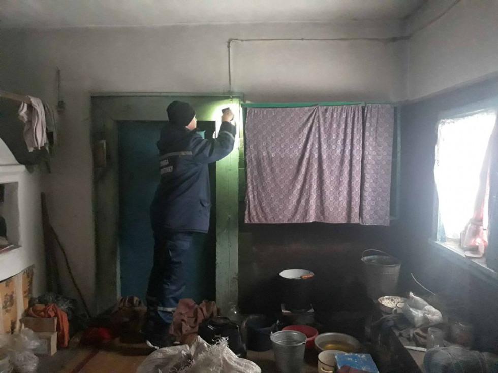 Рятівники перевірять освітлення у домівці