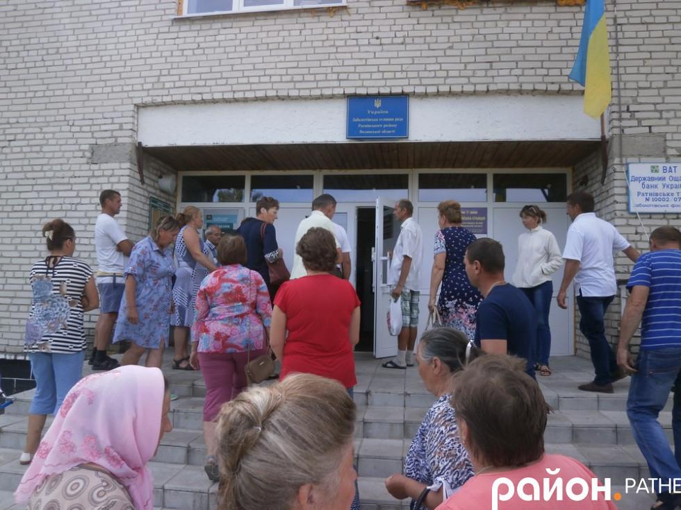 Місцеві жителі збираються до заболоттівської зали засідань