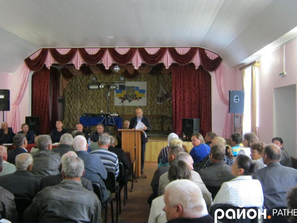 Євген Савлук ппояснює жителям громади порядок використання землі сільськогосподарського призначення
