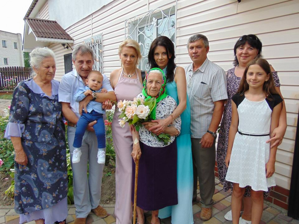 На фото: столітня ювілярка Єпистимія Датчук з донькою, онуками та правнуками