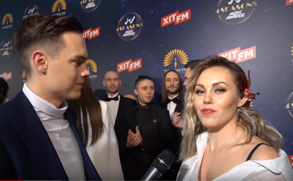 Тарас спілкується зі співачкою Альошею