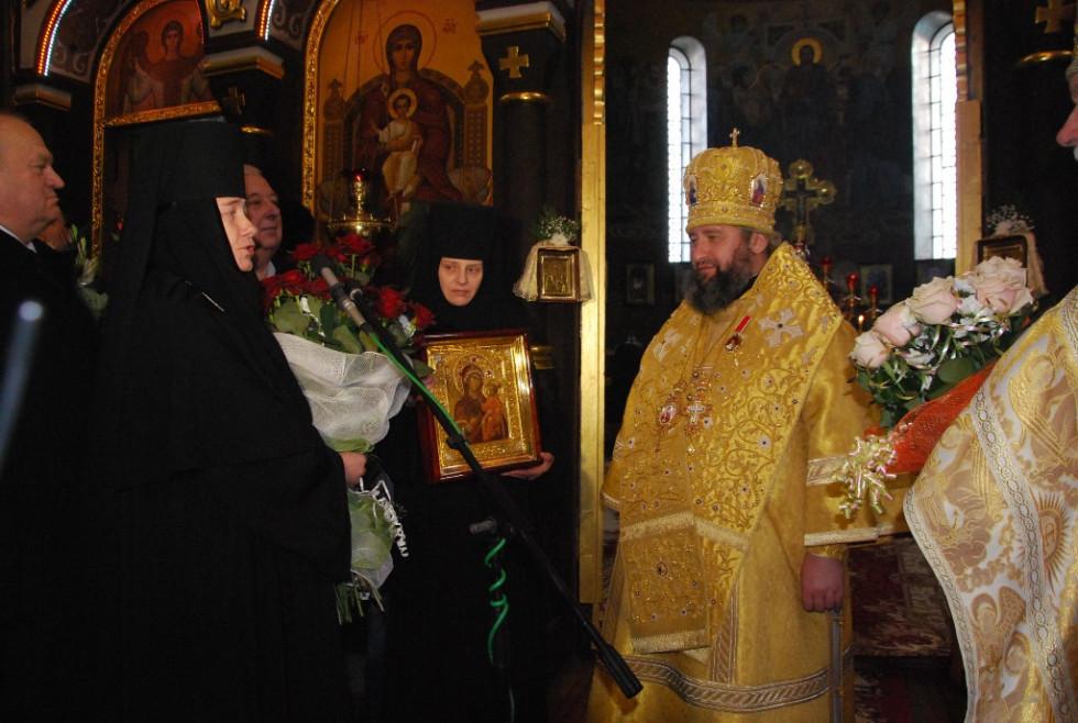 Ігуменя Зимненського монастиря Стефанія вітає єпископа Володимира з 45-річчям