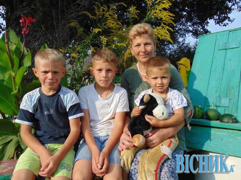 Валентина Чернусь з онуками