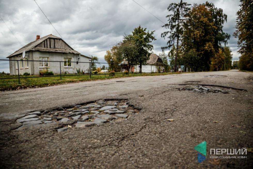 Парадокс: громада виграє міжнародні проєкти і асфальтує комунальні шляхи, в той час центральна дорога (яка в підпорядкуванні області) – як решето.
