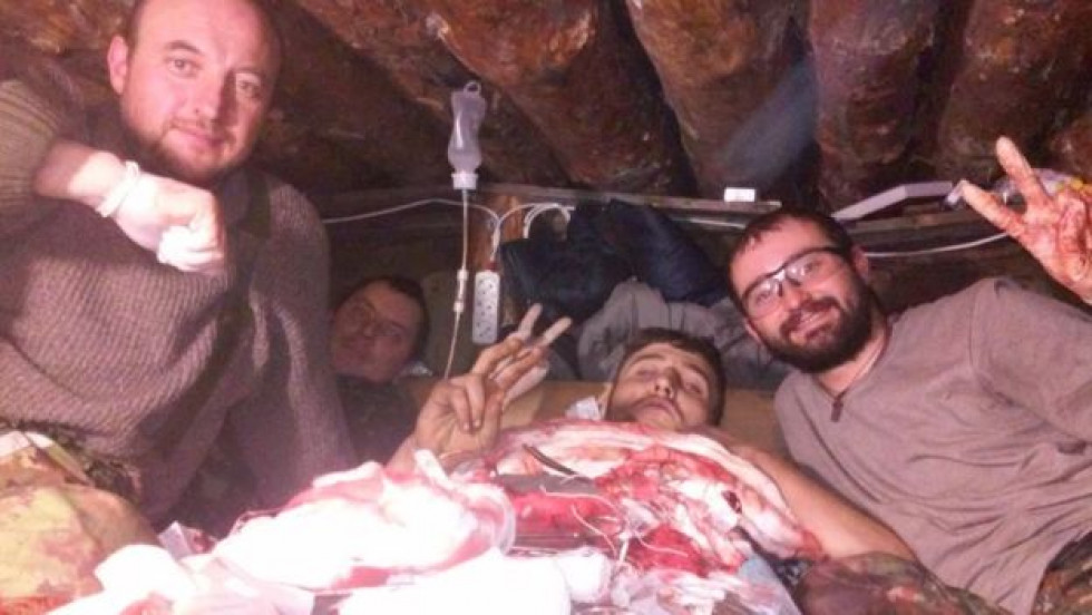 Олександр Тарасюк та медична бригада, що його оперувала в оточенні, одразу після операції, 17 лютого 2015-го, за годину до прориву